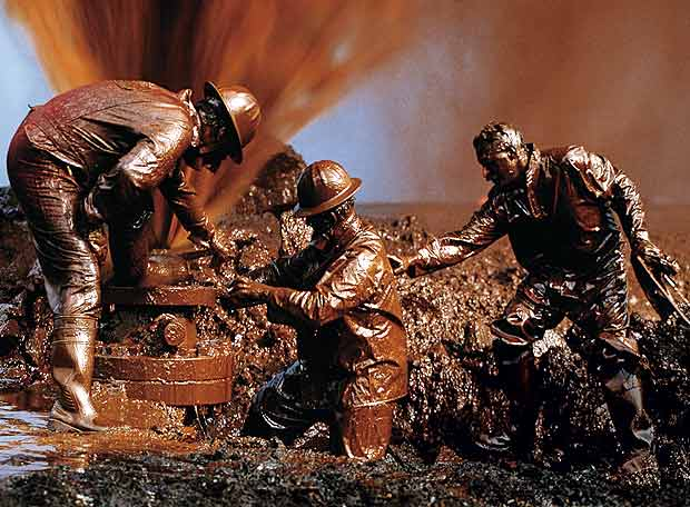 Hombres cubiertos de petroleo
