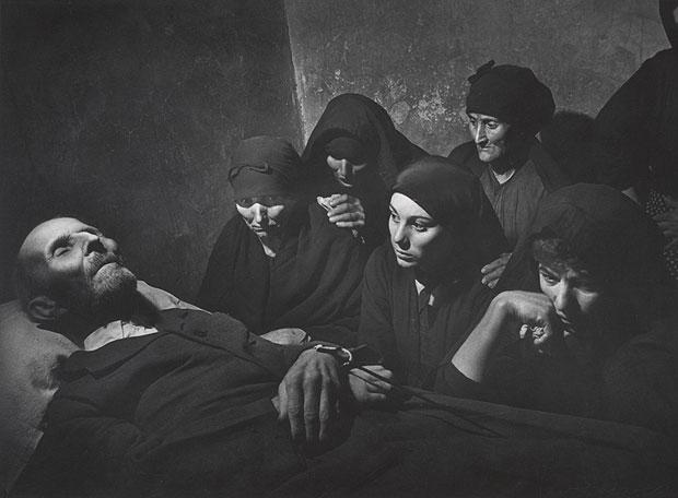'El velatorio', fotografía realizada por Eugene Smith