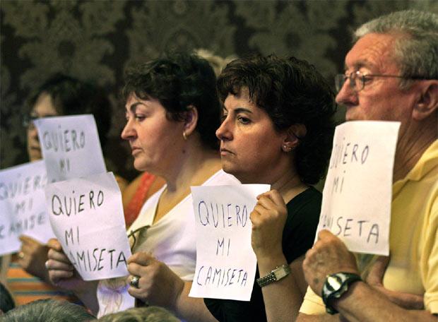 BARBERÁ OBLIGA A LAS VÍCTIMAS DEL METRO A QUITARSE LAS CAMISETAS