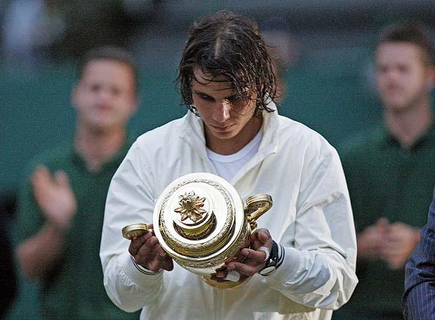 Nadal observa el trofeo de campeón de Wimbledon