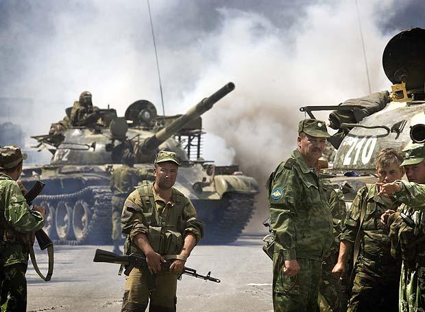 Soldados rusos en un control en la carretera a las afueras de la ciudad de Gori