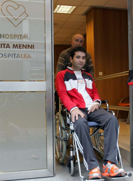 Rubén es ayudado por su padre, José Antonio- Foto: FERNANDO DOMINGO-ALDAMA. El País