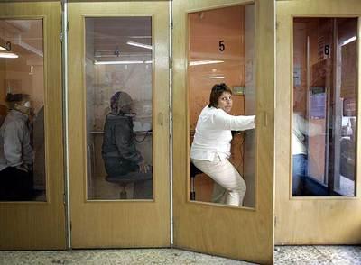 Mujeres hablando por teléfono en locutorios