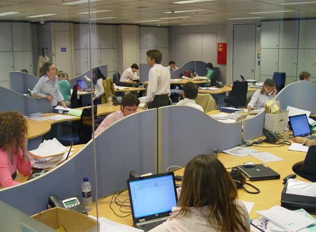 Trabajadores en las oficinas que ocupa deloitte en torre for Oficina fedex madrid