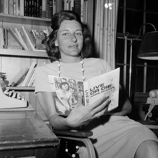 Anne Sexton, en 1967, con un ejemplar de su libro 'Vive o muere'