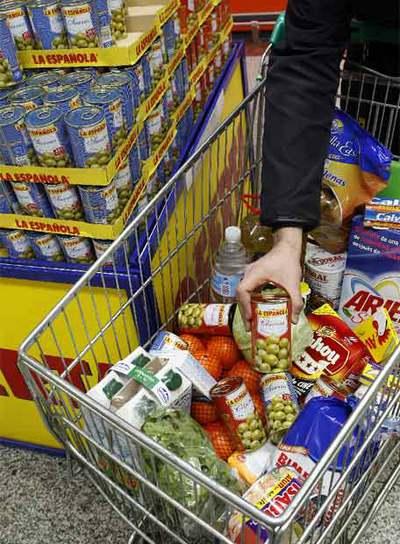 Un carrito de la compra con productos españoles
