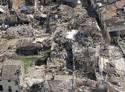 Escombros del pueblo de Onna tras el terremoto de Italia en Blogs de YAAQUI