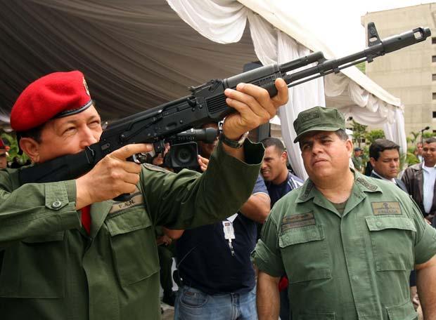 http://www.elpais.com/recorte/20090828elpepiint_1/LCO340/Ies/Hugo_Chavez_prueba_nuevo_modelo_fusil.jpg