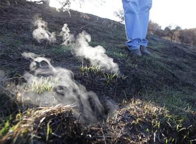 Fumarolas producto de fuego de turba junto al Parque Nacional de las Tablas de Daimiel, en Ciudad Real.- ULY MARTÍN