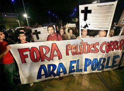 Concentración de vecinos ante las puertas del Ayuntamiento de Santa Coloma, anoche.- CARMEN SECANELLA