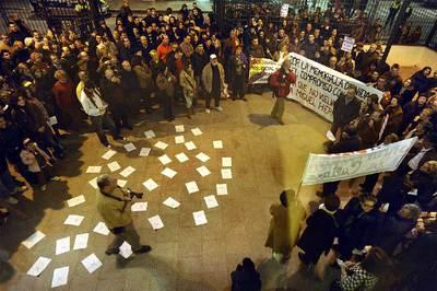 Protesta, ayer por la tarde ante el Auditorio Municipal de Orihuela