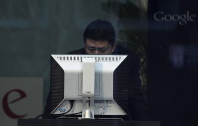 Un hombre usa un ordenador en el área de recepción de la sede de Google en Beijing (China) el 18 de enero de 2010.- AP