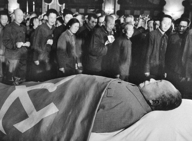 Pekín, 12 de septiembre de 1976: ciudadanos chinos pasan ante el cadáver de Mao (1893-1976)