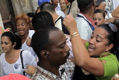 Partidarios del Gobierno y manifestantes de las Damas de Blanco.