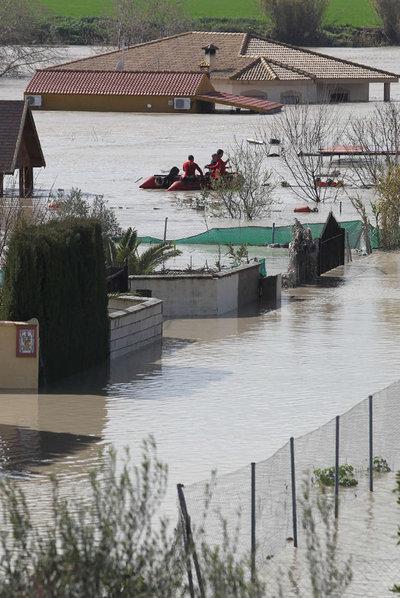 Lancha de resgate em área inundade de Córdoba, Espanha. Foto: F. J. V/El País