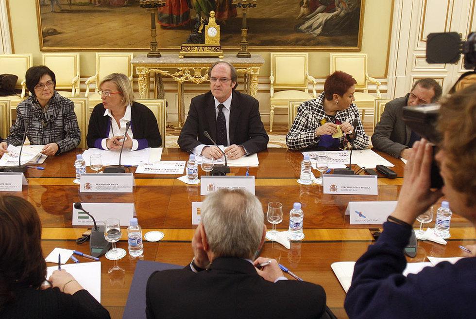 El ministro Ángel Gabilondo con sus consejeros