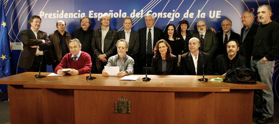 Representantes del mundo de la cultura leen un manifiesto por la democratización en Cuba.- LUIS SEVILLANO