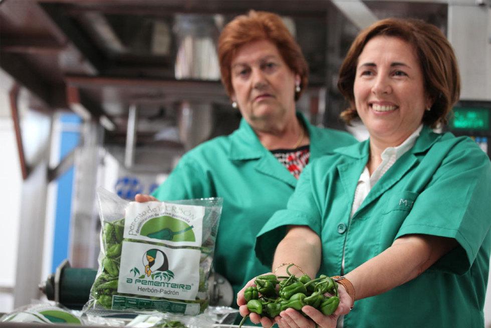 La cooperativista Manuela Carles, a la izquierda, y Milagros González