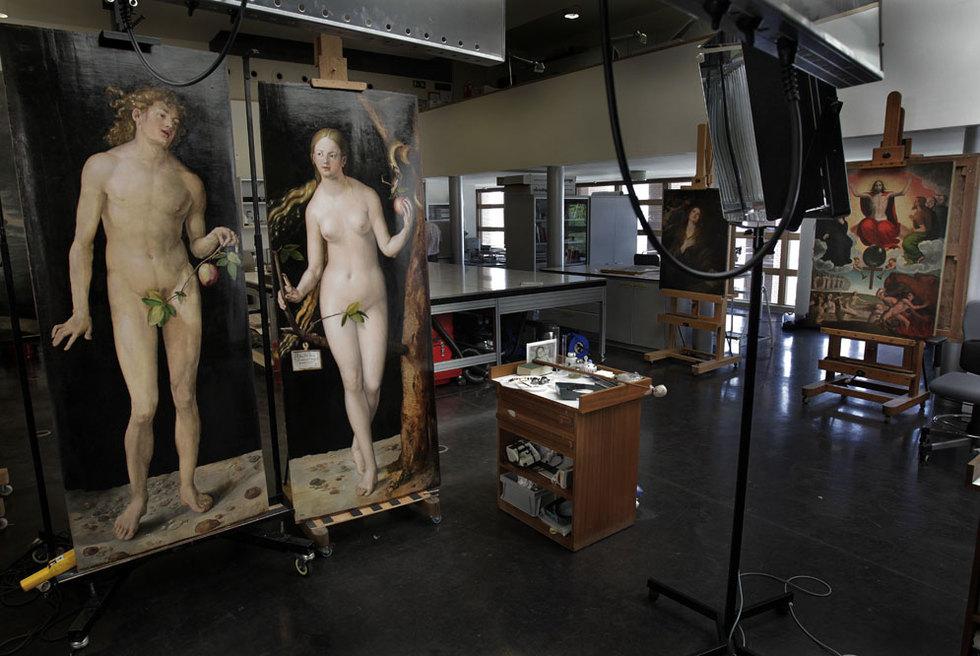 Adán y Eva, de Durero, fotografiado ayer al término de su lavado de cara, en los talleres de restauración del Museo del Prado.- GORKA LEJARCEGI