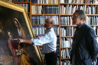 Laurence B. Kanter, conservador de arte europeo de Yale, señala a Ian McClure, conservador jefe de la Yale University Art Gallery, un detalle de La educación de la Virgen.- ZSOFIA JILLING