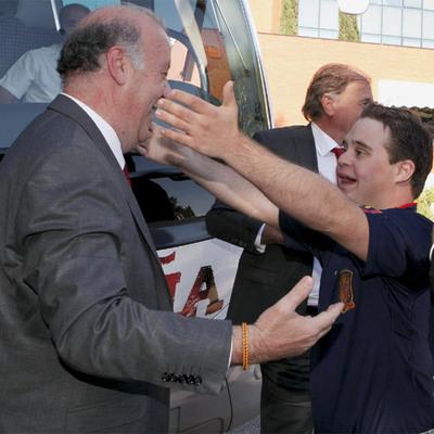 Vicente del Bosque recibe el abrazo emocionado de su hijo Álvaro