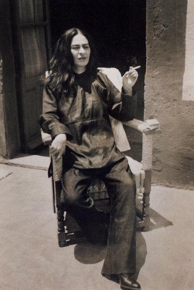 Frida Kahlo recién operada de la columna, en 1946, fotografiada por su sobrino Antonio, en Coyoacán (México).-