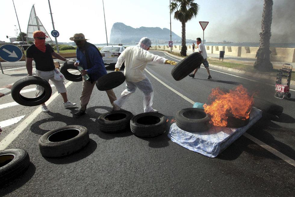 Trabajadores del Ayuntamiento de La Línea coran la carretera de acceso a Gibraltar