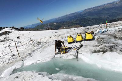 Drenaje del lago bajo el glaciar Tête Rousse