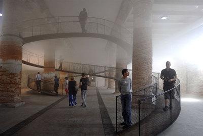 Las fuentes iluminadas de Olafur Eliasson, y la arquitecta japonesa Kazuyo Sejima.- EFE / AFP