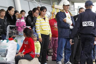 Un grupo de gitanos espera en el aeropuerto francés de Lille para embarcar en el avión que los llevará de regreso a Rumania.- REUTERS