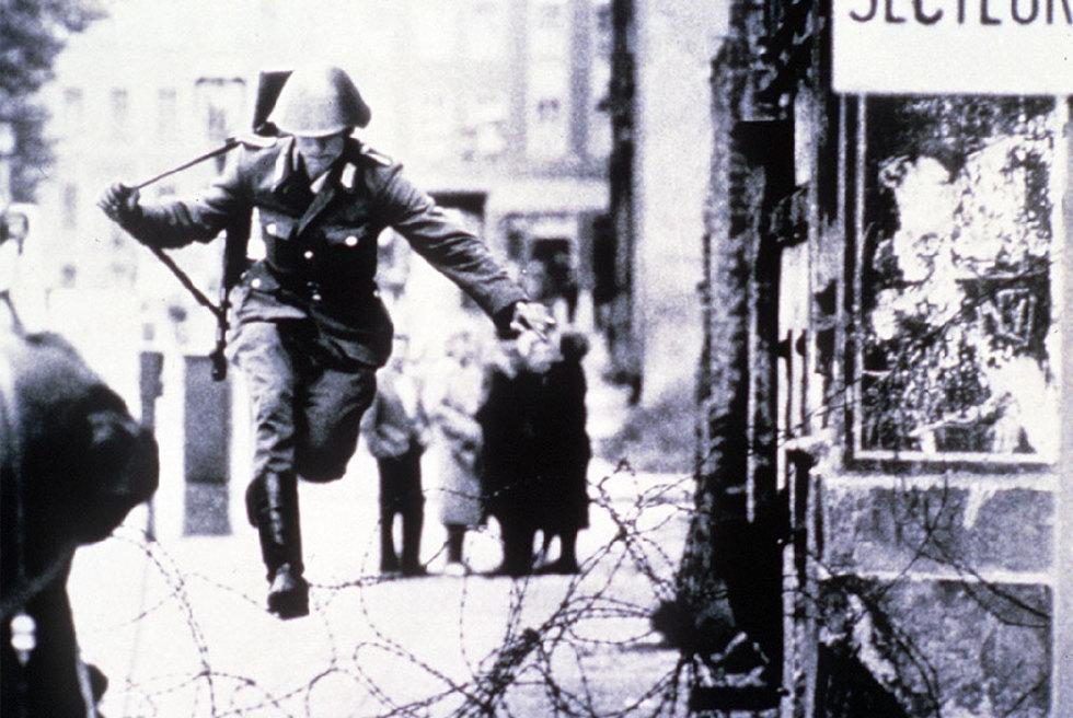 Los  gigantescos éxitos de la Unión Soviética - Página 3 Soldado_huye_Alemania_Oriental