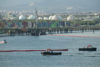 Una fuga en una refinería mancha el mar en Tarragona