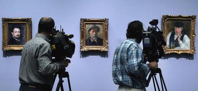 Desde la izquierda, dos autorretratos de Pierre-Auguste Renoir (uno de 1875 y otro de 1899) y la obra Monsieur Fournaise (1875), expuestos en el Museo del Prado.- ULY MARTÍN