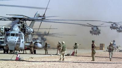 Helicópteros de los marines de Estados Unidos aterrizan para repostar durante las operaciones llevadas a cabo en el sur de Irak a mediados de 2003.- AP