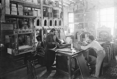 Una fábrica de juguetes en la Barcelona de principios del siglo pasado.- JOSEP BRANGULÍ