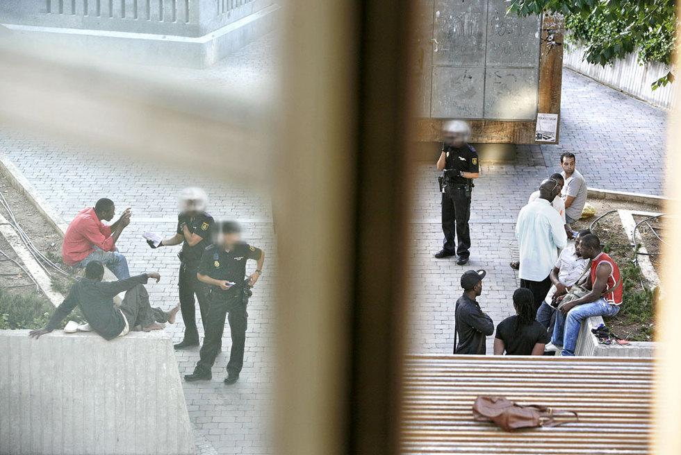 Agentes de policía identifican a extranjeros