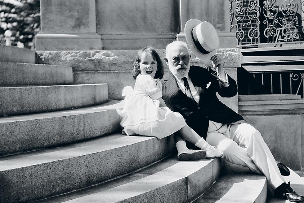 Frick con su nieta Adelaide, en 1919, en el exterior de su casa de verano en Massachusetts.-