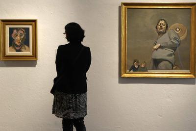 Un visitante entre Autorretrato (1969), de Francis Bacon (izquierda), y Reflejo con dos niños (1965), de Lucian Freud. La obra Cascada 3 (1967), de Bridget Riley.. MARCEL·LÍ SÀENZ