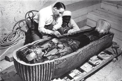 Howard Carter examina el sarcófago de Tutankamón, en 1922.-