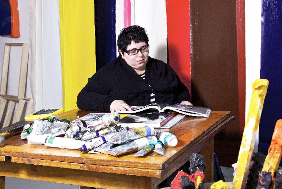 Ángela de la Cruz, en su estudio británico.- IONE SAIZAR