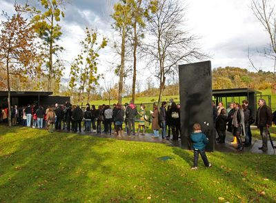 Decenas de personas se agolpan ayer a la entrada del museo Chillida-Leku, en Hernani.- JESÚS URIARTE