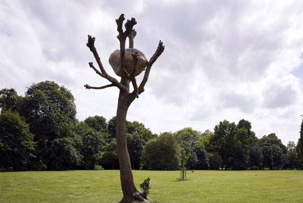 Idee di Pietra, de Penone, escultura de bronce y piedra en el parque de Kassel.- ROMAN MENSING (DOCUMENTA)