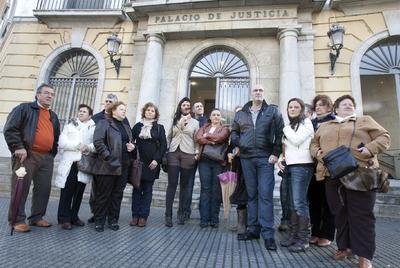 Familiares de niños dados por muertos en hospitales de Cádiz, ante la Audiencia.- EDUARDO RUIZ
