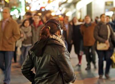 Una joven escuchando música