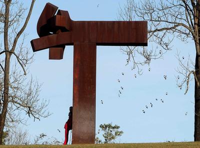 Uno de los últimos visitantes del Chillida-Leku se apoya en una escultura el pasado viernes 31.- EFE