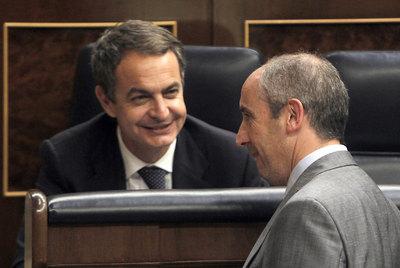 Zapatero charla con el portavoz parlamentario del PNV, Josu Erkoreka, en el Congreso de los Diputados el año pasado.- ULY MARTÍN