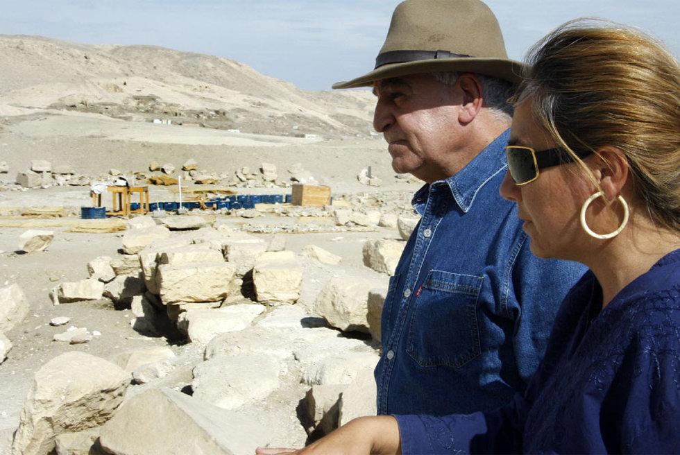 Myriam Seco conversa en Luxor con Zahi Hawass, secretario general del Consejo Superior de Antigüedades egipcio. Inscripción de Tutmosis III.- JOAQUÍN ROLDÁN