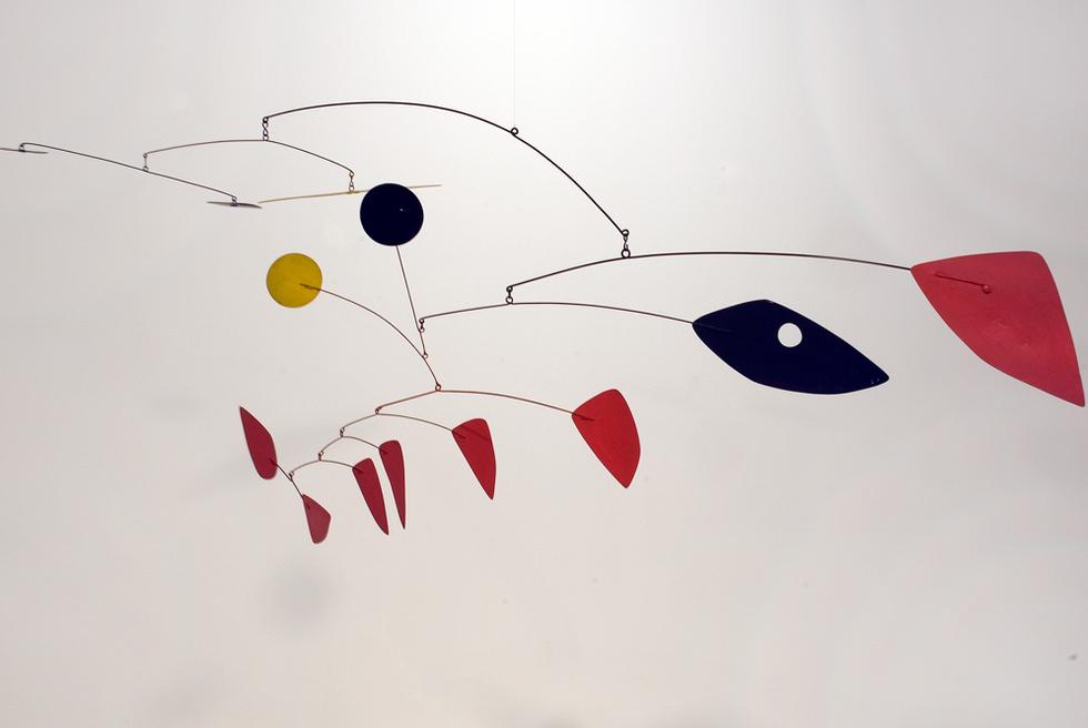 Puntos negros y amarillos en el aire (1960), de Calder.-
