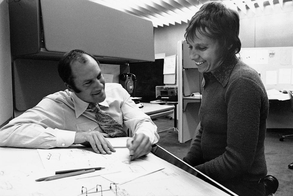 Norman Foster trabajando con Wendy, su primera mujer.