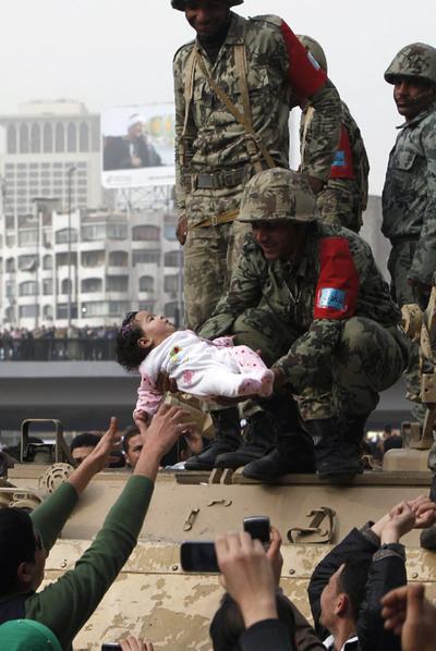 Bebé en un tanque durante una manifestación en El Cairo